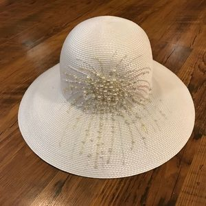 Women's white straw hat with Pearl accent